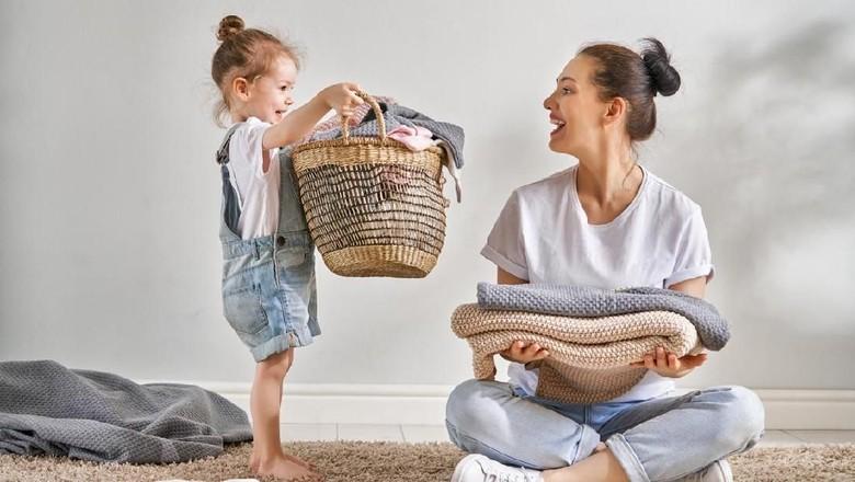 Mengajari anak suka menolong/ Foto: iStock