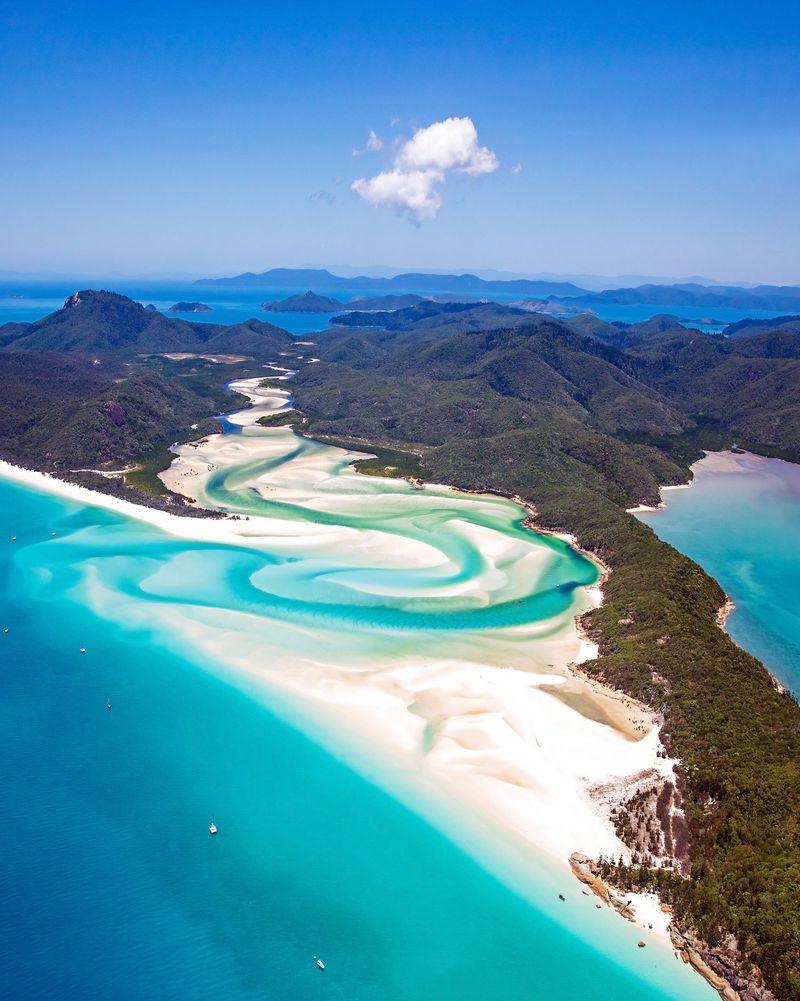 Pernah dengar Whitsundays Hill Inlet? Ini adalah spot liburan tropis yang berada di Queensland. Tempat ini bakal bikin kamu makin jatuh cinta dengan Australia. (@whitsundaysphotography)