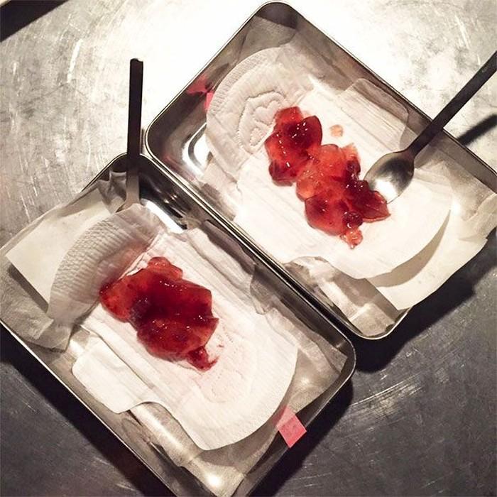 Di Jepang, ada restoran dengan konsep ekstrem yang menyajikan hidangan penutup di atas pembalut wanita. Ditambah dengan agar-agar berwarna merah darah. Foto: Boredpanda