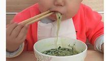 Bikin Haru! Bocah 2 Tahun yang Pintar Makan Pakai Sumpit Ternyata Pejuang Kanker