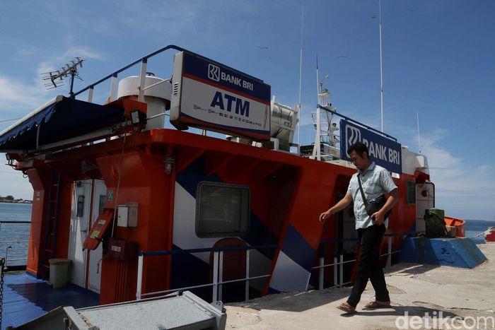 Kapal Bahtera Seva I menuju destinasi pertama di Pulau Pramuka, Kepulauan Seribu. Tak lama kapal bersandar, warga Pulau Pramuka mulai berdatangan ke bank terapung BRI itu.