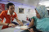 Warga Kepulauan Seribu mendapatkan layanan perbankan di Teras BRI Kapal Bahtera Seva I