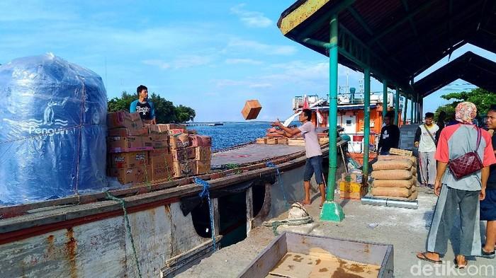 Suasana bongkar muat barang dagangan di Pulau Panggang Kepulauan Seribu (Foto: Danu Damarjati/detikcom)