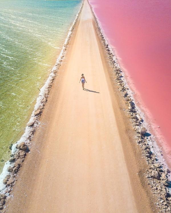 Australia Selatan punya Danau MacDonnell yang jadi primadona. Danau ini jadi bagian rute road trip Semenanjung Eyre menuju Pantai Cactus yang terkenal sebagai tempat surfing. (@chloektodd)