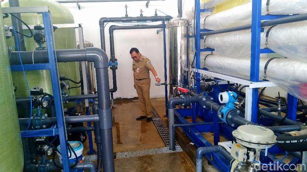 Bupati Kepulauan Seribu Husein Murad mengecek instalasi SWRO, pengolah air laut menjadi air minum, di Pulau Panggang.