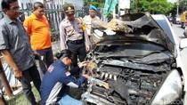 Diduga Korsleting, Sebuah City Car di Surabaya Terbakar