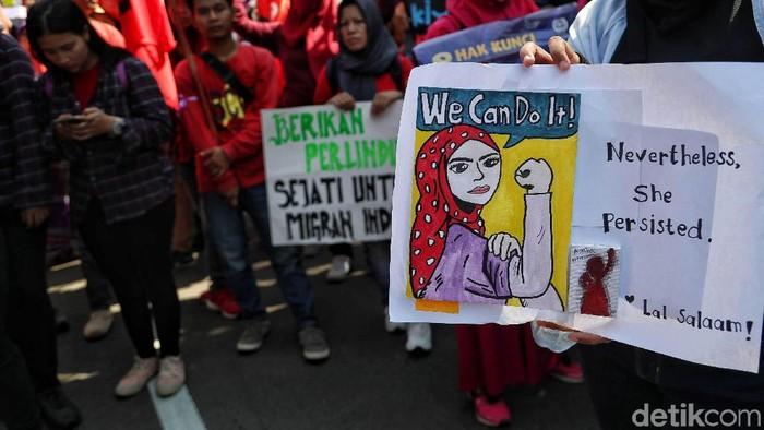 Sejumlah perempuan yang tergabung dalam Gerakan Bersama Perempuan melakukan aksi dalam memperingatu Hari Perempuan Internasional di kawasan Monas, Jakarta Pusat, Jumat (8/3).   Dalam aksinya mereka meminta pemerintah untuk memperhatikan kesetaraan gender pada kaum perempuan dalam hal pekerjaan dan hak-hak sosial