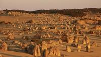 The Pinnacles adalah tonggak bebatuan yang terbentuk 5 juta tahun lalu dan sangat epik saat difoto. Lokasinya di Taman Nasional Nambung. (Tourism Western Australia)