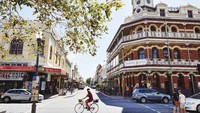 Fremantle adalah kota pelabuhan dengan banyak bangunan bersejarah. Di sana ada Fremantle Market untuk wisatawan yang suka berburu suvenir dan Capuccino Street untuk wisata kuliner (Tourism Western Australia)