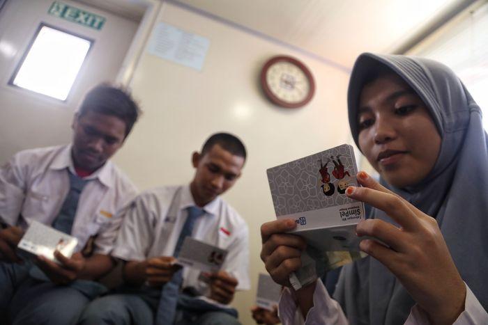 Sania, pelajar SMAN 69 Pulau Pramuka membuka rekening SimPel di Teras BRI Kapal Bahtera Seva I (Foto: Pradita Utama/detikcom)