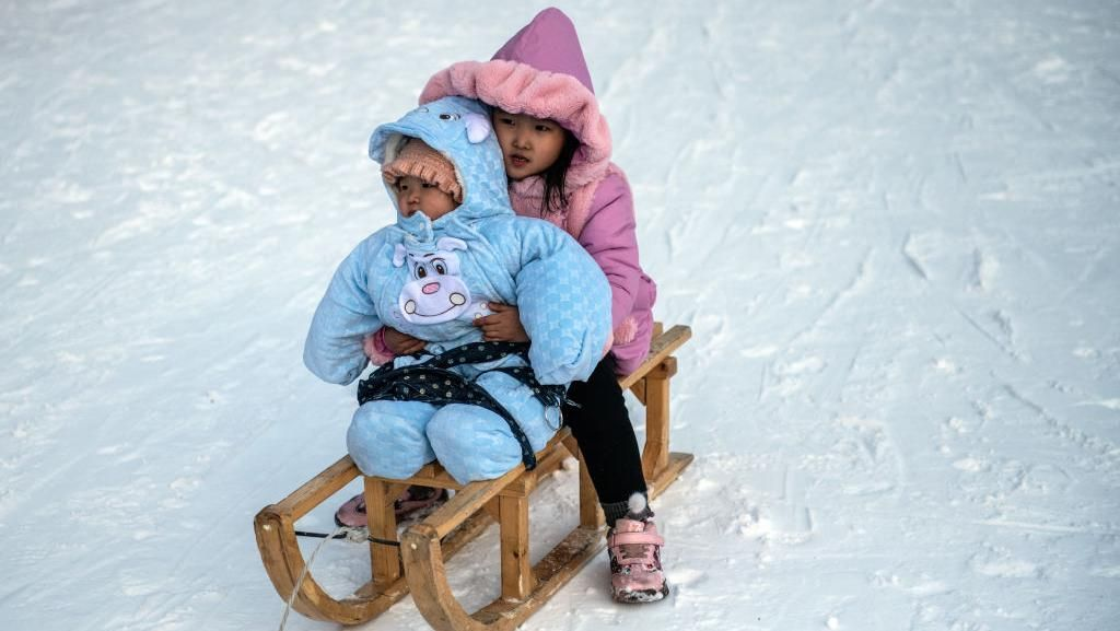 Dua orang anak sedang menikmati kereta luncur di Resor Ski Masikryong, Wonsan, Korea Utara. (Foto: Carl Court/Getty Images)