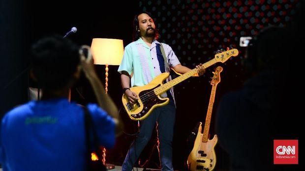 The Adams membagi studio menjadi lima panggung, membuat pengalaman unik bagi pengunjung konsernya.