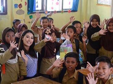 Pada Januari lalu, Frederika juga mengunjungi daerah-daerah yang terkena tsunami di Lampung dan bekerja sama dengan beberapa organisasi untuk memberikan trauma healing kepada anak-anak SD. (Foto: Instagram/ @fredericacull)
