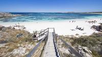 Pulau Rottnest memiliki 63 pantai dan 20 teluk yang patut dikunjungi. Anda harus bertemu dengan quokka, fauna asli Pulau Rottnest yang lucu dan imut (Tourism Western Australia)