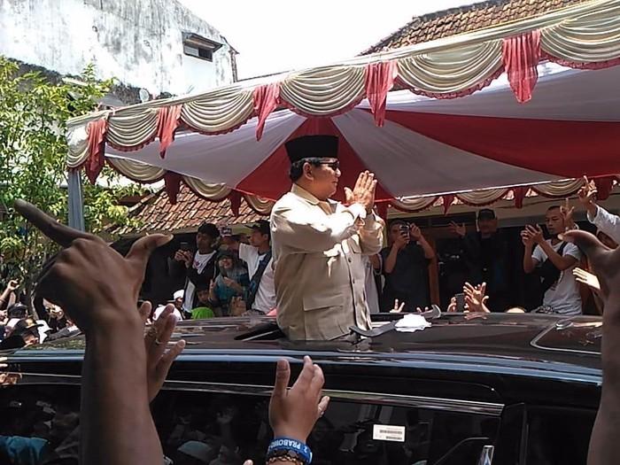 Capres Prabowo Subianto saat menyapa warga Jabar. (Hakim Ghani/detikcom)