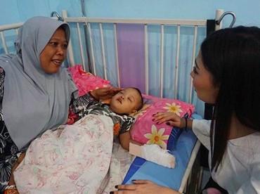 Beberapa waktu lalu, Frederika mengunjungi pasien anak-anak di RS Abdul Moeloek, Bandar Lampung. Lihat, bahagia banget bocah ini dan bundanya dikunjungi Frederika. (Foto: Instagram/ @fredericacull)