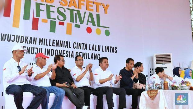 Biasa Beri Hadiah, Jokowi Ajak Milenial Waspada Bersepeda