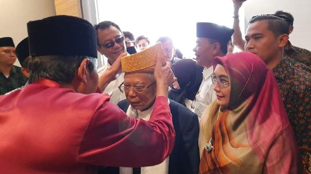 Tiba di Sumut, Ma'ruf Amin Disambut Pakaian Adat Kesultanan Deli