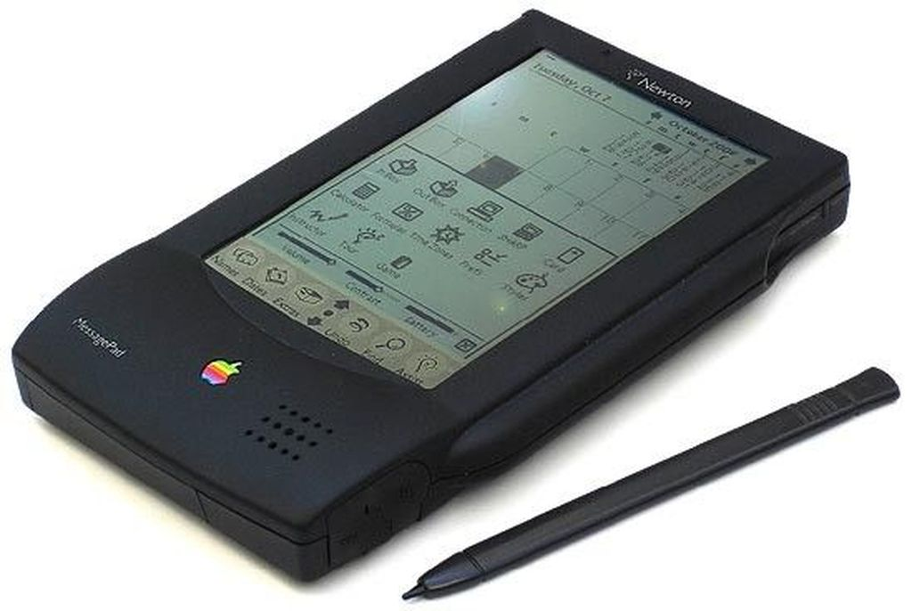 Newton. Sebelum kalian punya smartphone dan tablet, ada masa di mana orang-orang menggunakan PDA. Apple membuat PDA saat itu, dengan nilai jual utamanya: mengubah tulisan tangan menggunakan stylus menjadi teks di komputer. Sayang, gadget ini tidak disambut baik, The Newton bahkan menjadi cemoohan di film The Simpsons. Foto: via Brainberries