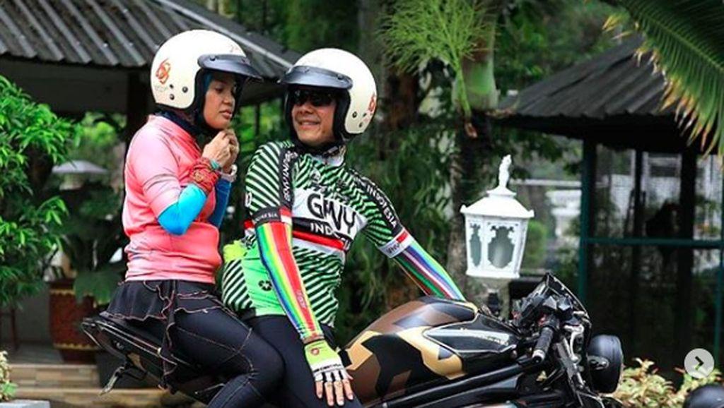 Bak Dilan-Milea, Ganjar Pranowo Bonceng Sang Istri di Atas Moge