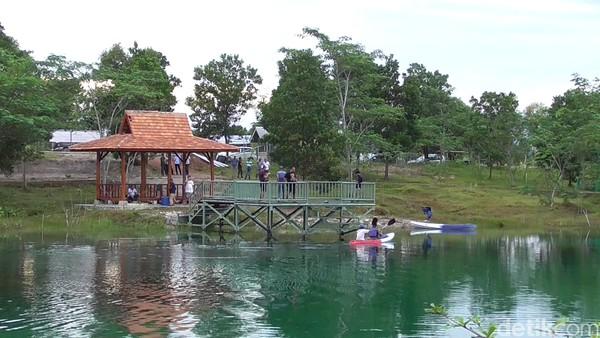 Tempat wisata bekas tambang timah kini mulai banyak dikunjungi wisatawan. Selain untuk membudidaya ikan, kolong bekas tambang dikembangkan sebagai wisata air. (Deni Wahyono/detikTravel)