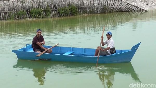 Kalian juga bisa naik perahu ini. Untuk menuju ke tempat wisata ini, wisatawan hanya memerlukan waktu 25 menit dari Kota Pangkalpinang. (Deni Wahyono/detikTravel)