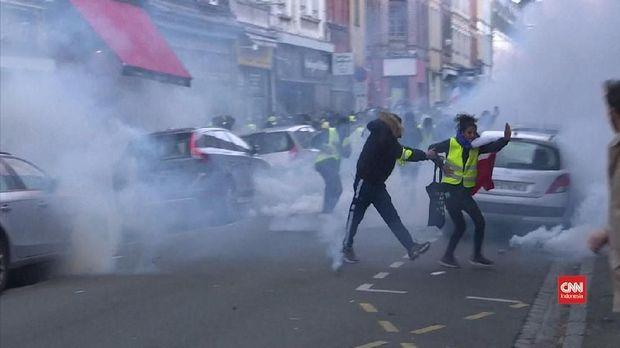 Pedemo 'rompi kuning' diserbu oleh gas air mata dari polisi.