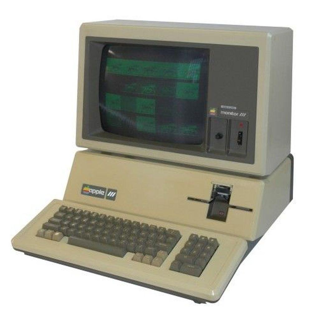 Apple III. Di tahun 1970-an, Apple II begitu populer. Sayang, nasib yang sama tidak terjadi pada penerusnya, Apple III. Komputer ini dianggap mahal, dan tidak ada kipas yang meredam suhu panas. Foto: via Brainberries