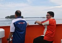 Demi Beri Layanan Perbankan, Staf Bank Ini Terjang Ombak ke Pulau Terpencil