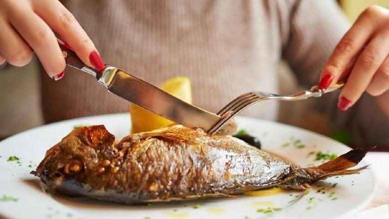 Ilustrasi ibu hamil makan ikan/ Foto: iStock