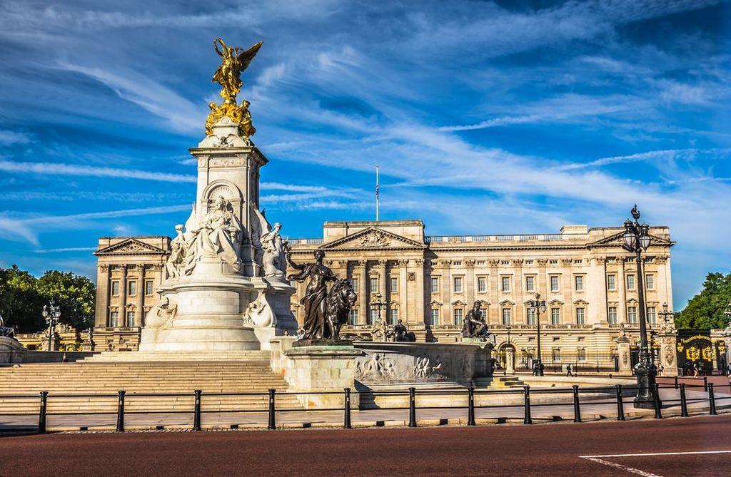 Buckingham Palace adalah kediaman resmi Ratu Inggris di London, Inggris. Istana ini adalah tempat untuk peristiwa-peristiwa kenegaraan, tempat menyambut tamu negara, dan tempat kunjungan pariwisata. Seringkali dalam masa-masa kegembiraan, krisis atau suasana berkabung, tempat ini juga menjadi pusat berkumpul untuk masyarakat Inggris. Foto: via Brainberries