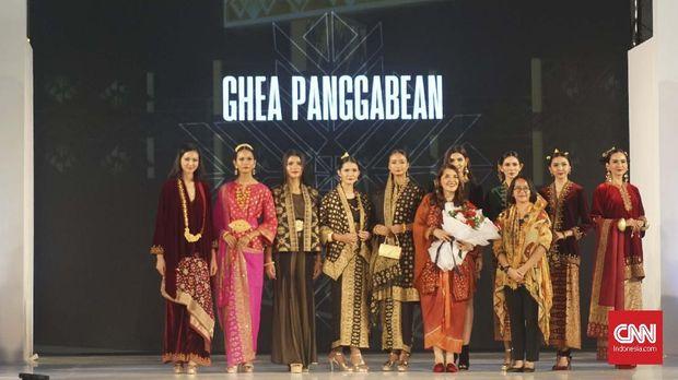Koleksi terbaru Ghea Panggabean untuk Jogja Fashion Festival 2019 dari songket Palembang.