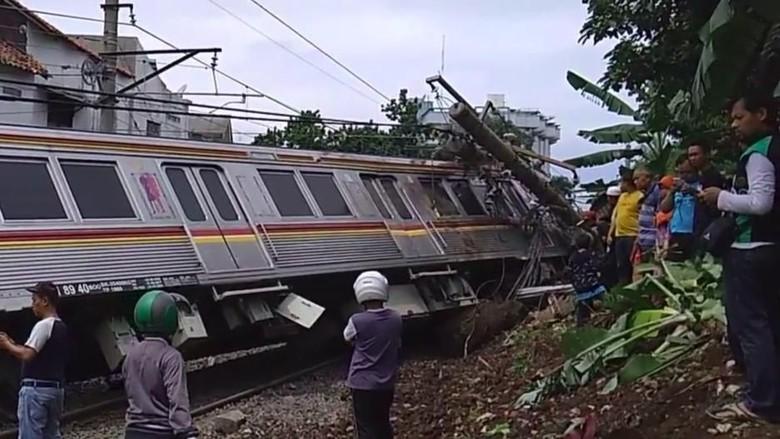 Image result for image KRL Anjlok dan Terguling di Bogor, 6 Orang Terluka