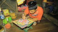 Amin saat membuat kaligrafi