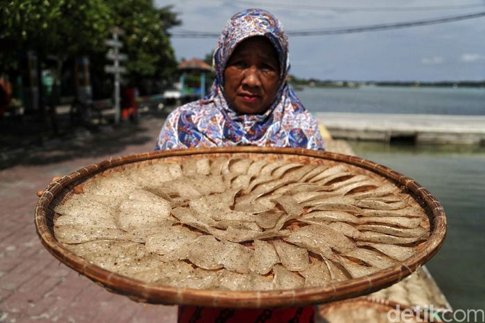 Baharia (58), sedang membuat kerupuk ikan selar di Pulau Harapan, Kepulauan Seribu beberapa waktu lalu.