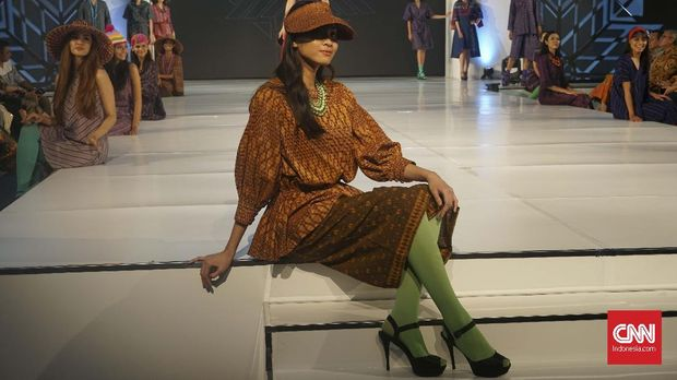 Koleksi terbaru Ikat Indonesia berkolaborasi dengan pemerintah Kota Kediri menggunakan tenun ikat asal Kediri.