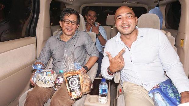 Rocky Gerung naik mobil Alphard hitam di Bali