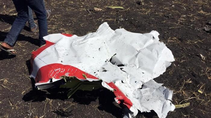 Serpihan pesawat Ethiopian Airlines. (Foto: REUTERS/Tiksa Negeri)