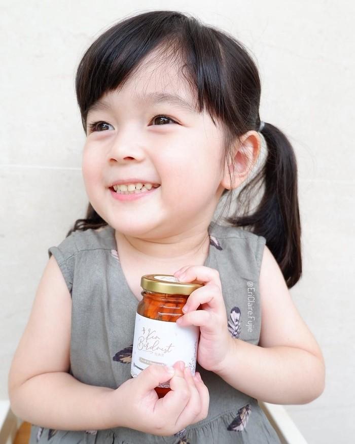 Untuk meningkatkan kesehatan. Eri juga gemar menikmati sarang burung walet lho. Tuh kan lucu banget Eri. Foto: Instagram @ericlaire.fujie