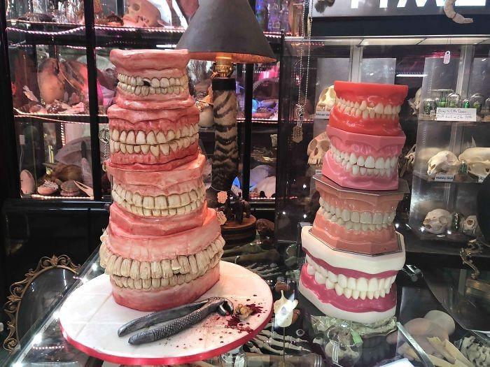 Tampilan kue yang satu ini mirip sekali dengan tumpukan gigi manusia yang asli. Uniknya, bagian dalam kue dibuat sedikit kuning dan kemerahan agar mirip seperti warna gigi yang sudah rapuh. Foto: Boredpanda