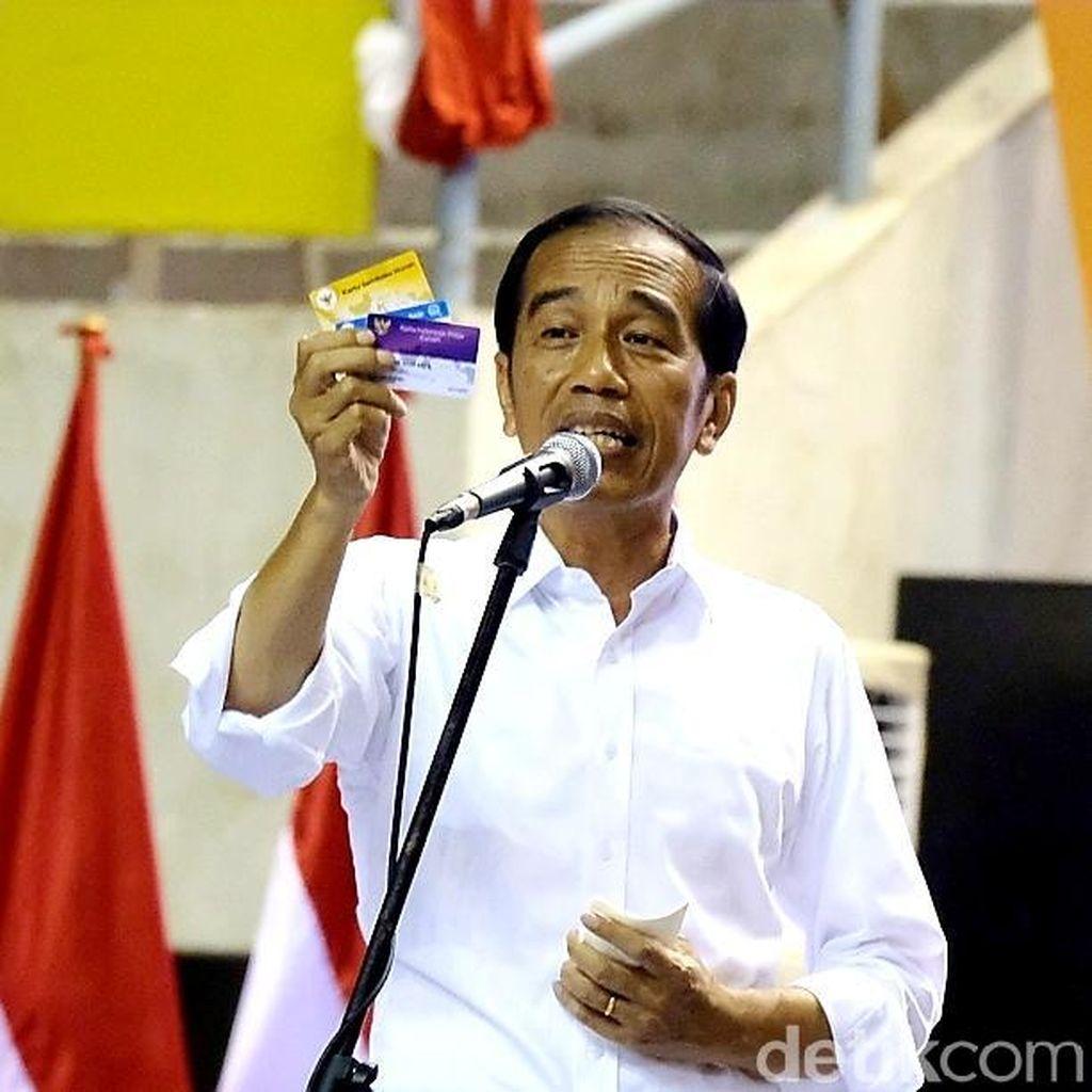 Pamer 3 Kartu Sakti ke Pendukung, Jokowi: Mbois Nggak?