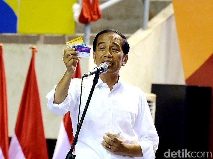 Capres Jokowi memamerkan KIP Kuliah, Kartu Pra-Kerja, dan Kartu Sembako Murah