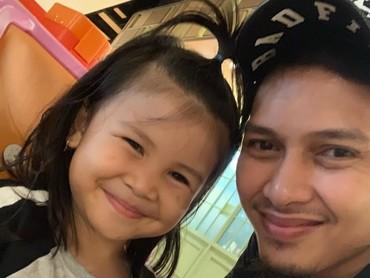 Mohammad Ahsan kerap membagikan foto kegiatan anak pertamanya, Chayra Maritza Ahsan, di Instagram. So sweet ya! (Foto: Instagram @king.chayra)
