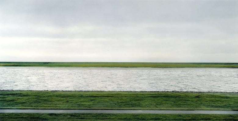 Foto Rhein II ini dibuat tahun 1999 oleh Andreas Gursky. Ia adalah potret termahal di dunia sejauh ini, laku dilelang USD 4,3 juta atau sekitar Rp 61 miliar di balai lelang Christie pada tahun 2011. Foto: istimewa