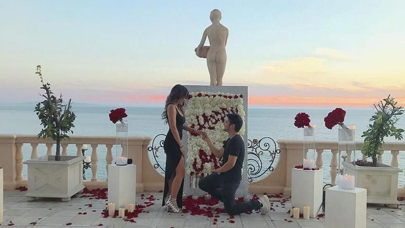 Semuanya berawal ketika Aditya melamar Kezia di Pacific Palisades, California pertengahan Oktober 2017 lalu. Dari situ, keduanya mantap melangkah menuju pernikahan (keziatoemion/Instagram)