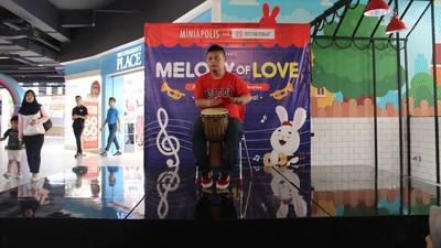 Keren! Saat Anak dengan Down Syndrome Main Musik dan Bernyanyi