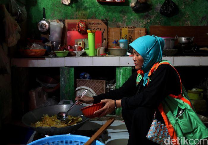 Seorang nasabah BRI sekaligus pengusaha keripik sukun, Mariyam, nampak sibuk mengoreng keripik sukun di Pulau Tidung, Kepuluan Seribu.