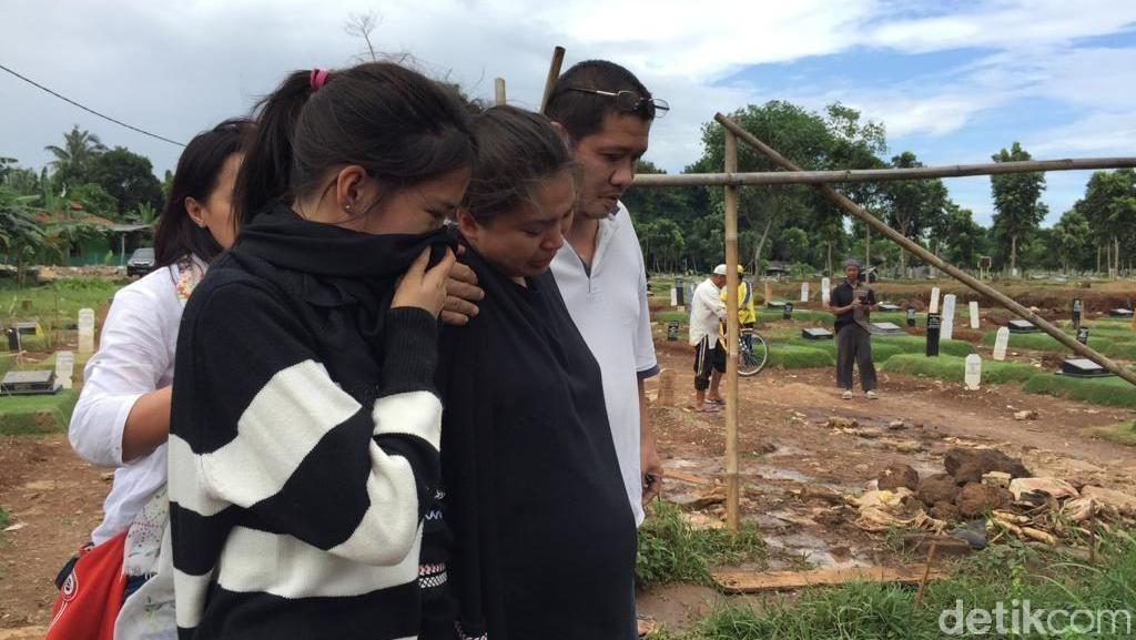 Masih Shock, Putri Titian Tak Mau Pulang dari Pemakaman