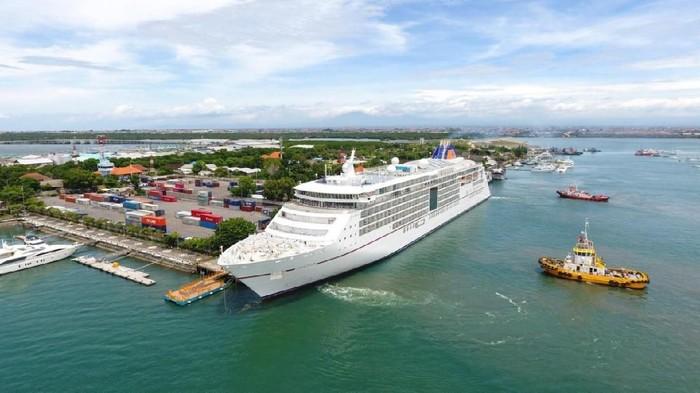 Kapal Pesiar di Pelabuhan Benoa