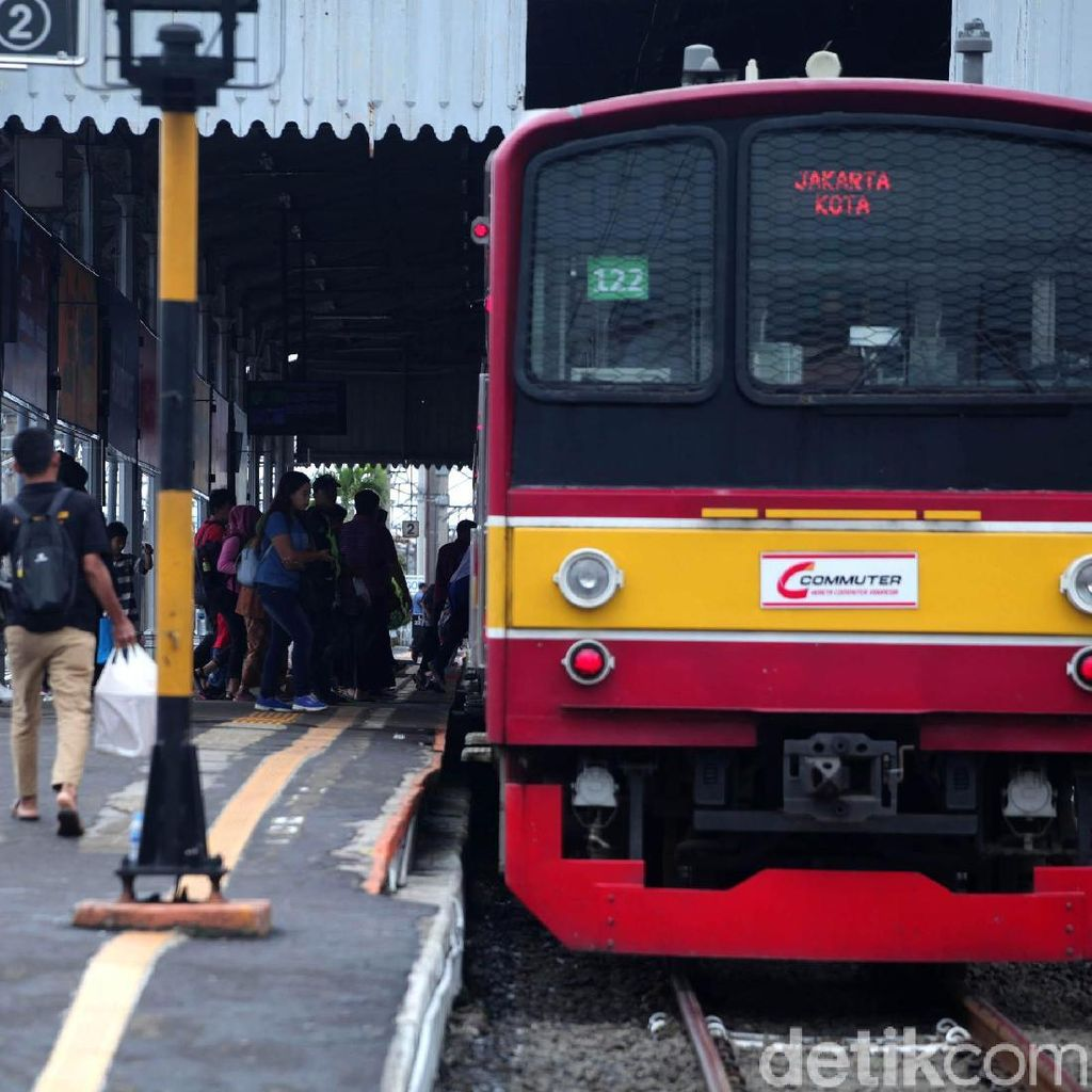 Seorang Penumpang Melahirkan Bayi di KRL di Stasiun UI